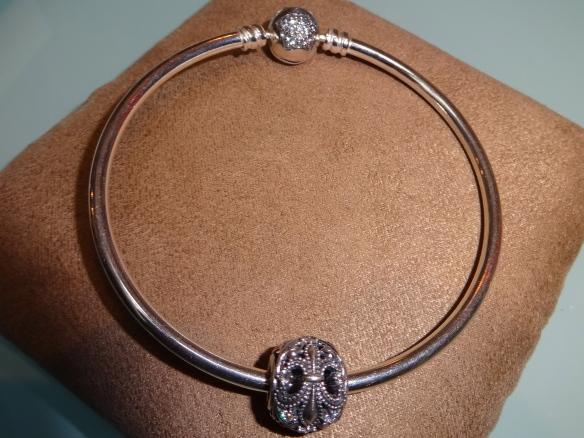 Pandora Fleur de Lis Charm auf Pandora Silberarmreif