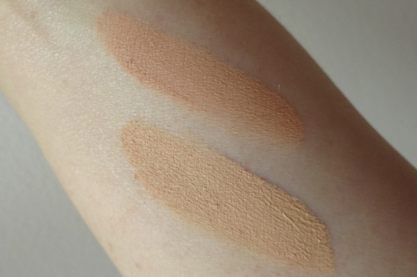 swatch Catrice Matt Mouse Make-Up: top 020 Nude Rose - bottom: 010 Soft Ivory
